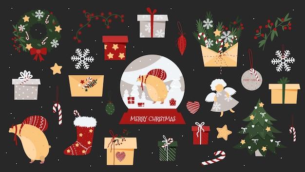 Choinka, wieniec noworoczny, szklana kula, prezenty, koperta, płatek śniegu i miś.