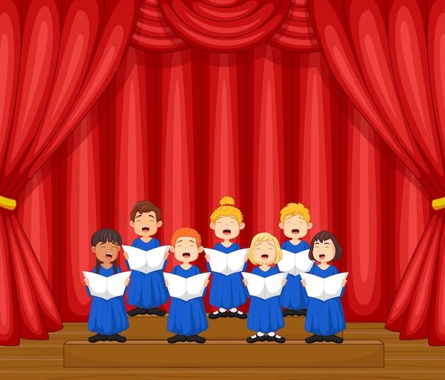 Chór dzieci śpiewają piosenkę na scenie