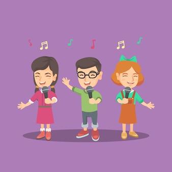 Chór dziecięcy śpiewa piosenkę z mikrofonami.