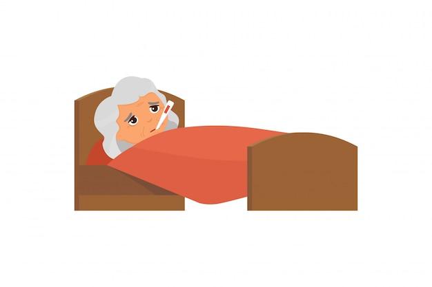 Chora stara kobieta z termometrem w łóżkowej płaskiej ilustraci. babcia z kreskówek o wysokiej temperaturze. gorączka, objaw grypy, przeziębienie. pacjent relaksujący się pod kocem