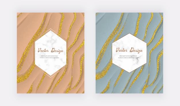 Cielisty i pastelowy niebieski płynny atrament ze złotymi brokatowymi kartami z geometrycznymi białymi marmurowymi ramkami.