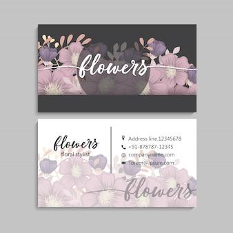 Ciemna wizytówka z pięknymi kwiatami.