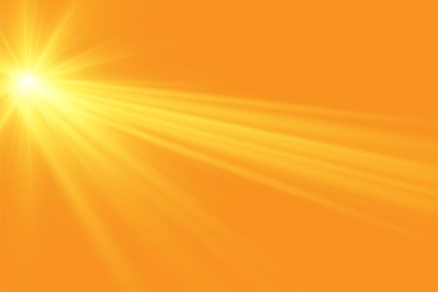 Ciepłe słońce na żółtym tle promienie słoneczne letobliki