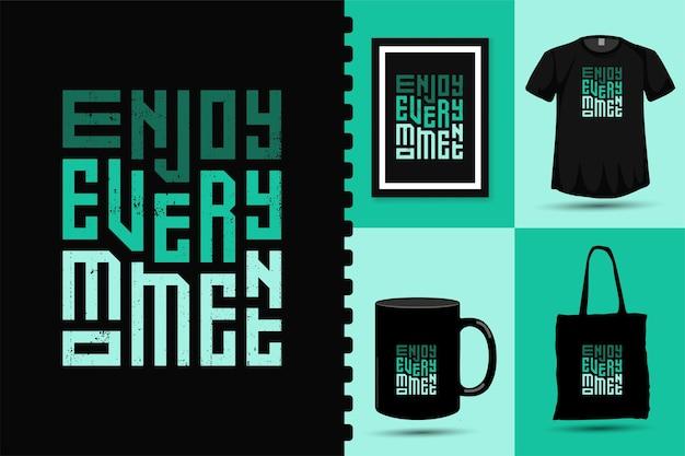 Ciesz się każdą chwilą, modnym szablonem typografii z napisem w pionie do drukowania t-shirt z modnym plakatem odzieżowym i zestawem towarów