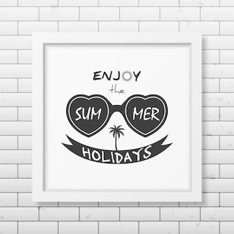 Ciesz się letnimi wakacjami - typograficzna realistyczna kwadratowa biała ramka na ścianie z cegły