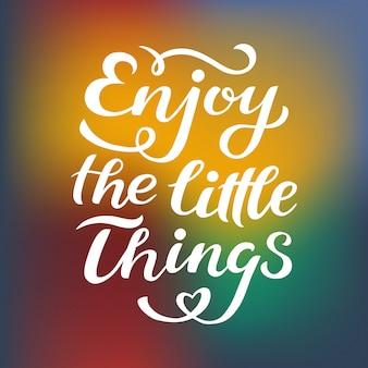 Ciesz się małymi rzeczami, które drukujesz w wektorze. napis cytuje motywację do życia i szczęścia.