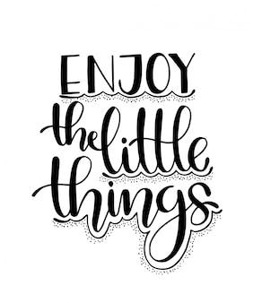 Ciesz się małymi rzeczami, ręcznie inspirujący cytat z napisem.