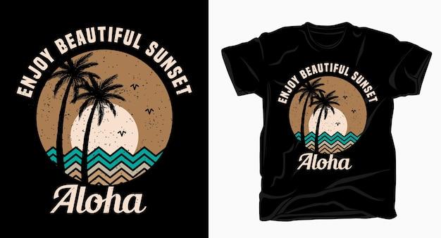 Ciesz się piękną typografią aloha o zachodzie słońca z koszulką z palmami i słońcem