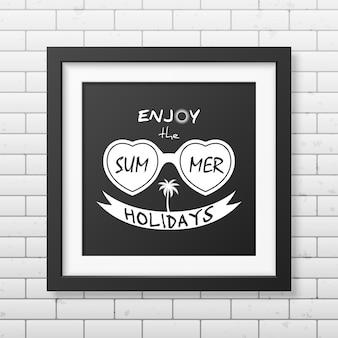 Ciesz się wakacjami - typograficzna kwadratowa czarna ramka na ścianie z cegły