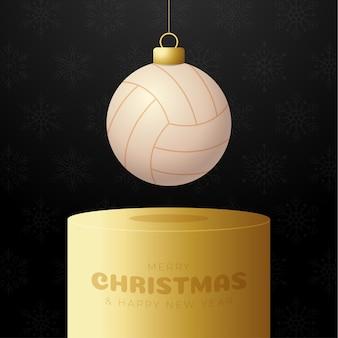 Cokół z bombką do siatkówki. wesołych świąt sport kartkę z życzeniami. zawieś na nitce piłkę do siatkówki jako piłkę bożonarodzeniową na złotym podium na czarnym tle. ilustracja wektorowa sportu.