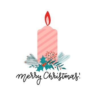 Coloor świąteczna płonąca świeca z gałązkami choinki, jagodami ostrokrzewu i jagodami.