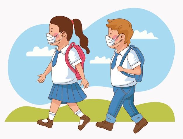 Covid zapobiegawczo na scenie szkolnej z parą małych uczniów