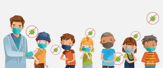 Covid19 szczepionka. maska dziecięca w szpitalu. lekarz posiada chłopca szczepienia zastrzyków.