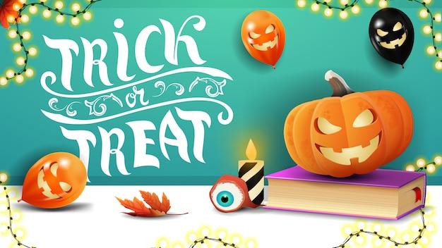 Cukierek albo psikus, pozioma zielona pocztówka z pozdrowieniami z balonami na halloween, girlandą, księgą zaklęć i dyniowym jackiem