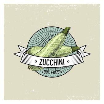 Cukinia vintage zestaw etykiet, emblematów lub logo do wegetariańskiego jedzenia, warzyw rysowane ręcznie lub grawerowane. amerykański styl retro farmy.