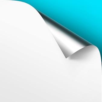 Curled metalic silver rogu białego papieru z cieniem zamknij się