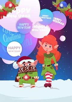 Cute elfs couple greeting z wesołych świąt i szczęśliwego nowego roku kartka świąteczna