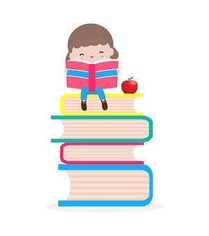 Cute little girl siedzi i czyta książkę na stosie książek