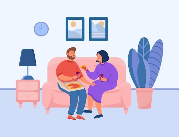 Cute para jedzenie pizzy na kanapie. chłopak i dziewczyna na kanapie, mężczyzna i kobieta jedzą razem w domu płaska ilustracja