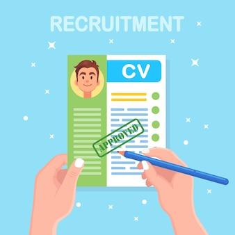 Cv biznesowe cv w ręku. rozmowa kwalifikacyjna, rekrutacja, koncepcja poszukiwania pracodawcy