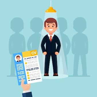 Cv biznesowe cv w ręku. zatrudnienie kandydata. człowiek z żarówką. rozmowa kwalifikacyjna, rekrutacja.