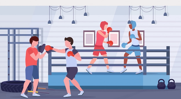 Ćwiczyć boks bokser kopnięcie mieszać rasa wojownicy w rękawiczkach i hełmach ochronnych ćwiczy wpólnie walka klub wnętrze lifestyle