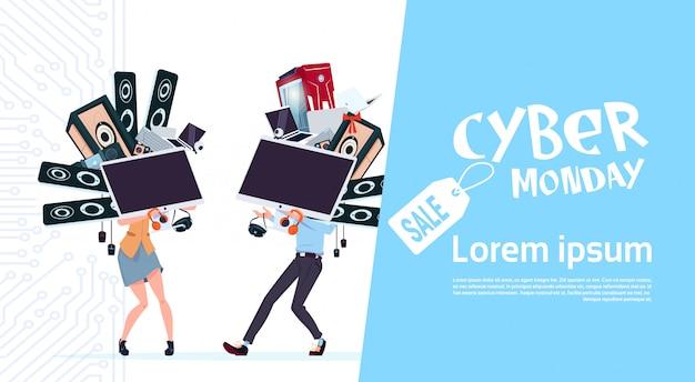 Cyber poniedziałek sprzedaż plakat z para trzymając różne nowoczesne urządzenia na białym tle
