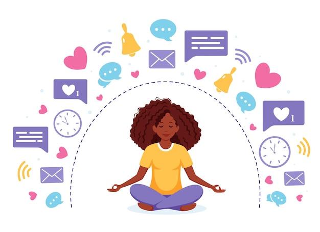 Cyfrowy detoks i medytacja czarna kobieta medytuje w pozycji lotosu