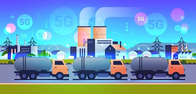 Cysterny gazowe lub olejowe ciężarówki jazdy drogą 5g bezprzewodowy system online połączenie brudne odpady zanieczyszczone środowisko technologia produkcji koncepcja strefa przemysłowa tło poziome mieszkanie