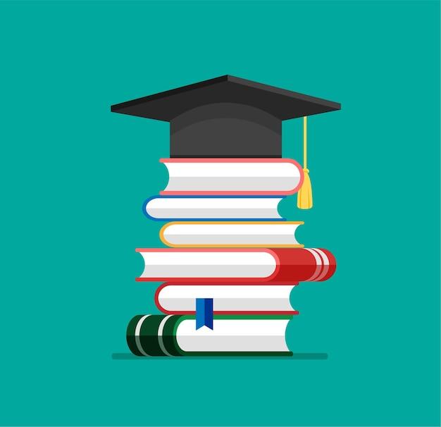 Czapka lub czapka dyplomowa sterta książek w modnym, płaskim stylu stos literatury i dokumentów