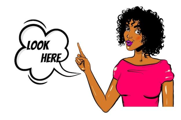 Czarna kobieta pop-art wow pokaz twarzy wygląda tutaj