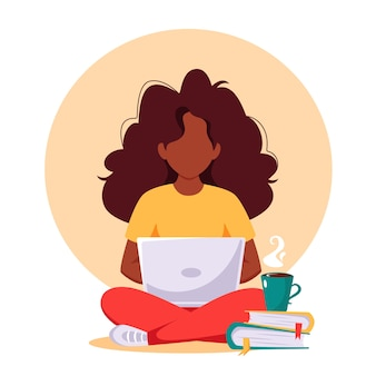 Czarna kobieta pracuje na laptopie. praca niezależna, praca zdalna, nauka online.