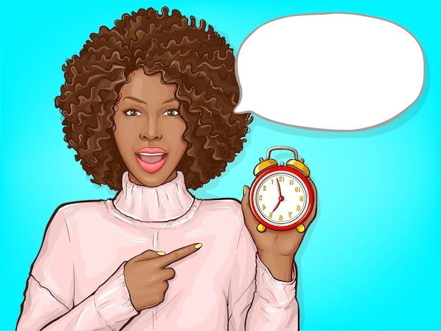 Czarna kobieta wskazuje palcem budzik