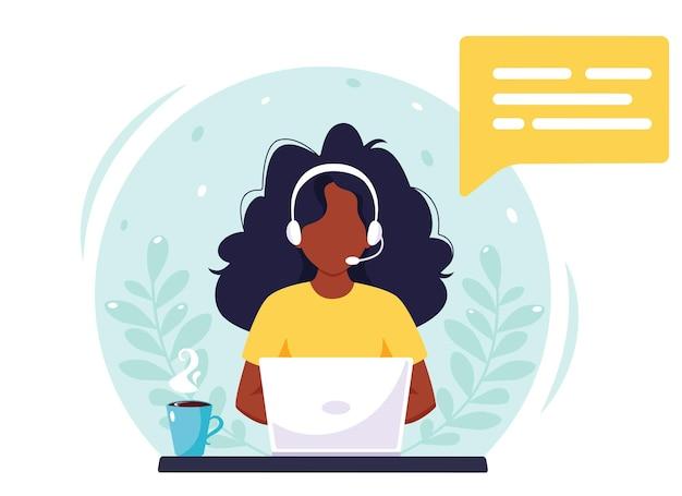 Czarna kobieta ze słuchawkami pracuje na komputerze. obsługa klienta, call center