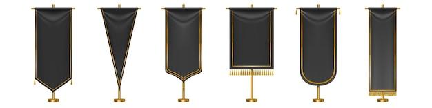 Czarne długie flagi proporzec z frędzlami złoty pomponem i obramowania na białym tle. czarne proporczyki tekstylne o różnych kształtach na złotych słupkach