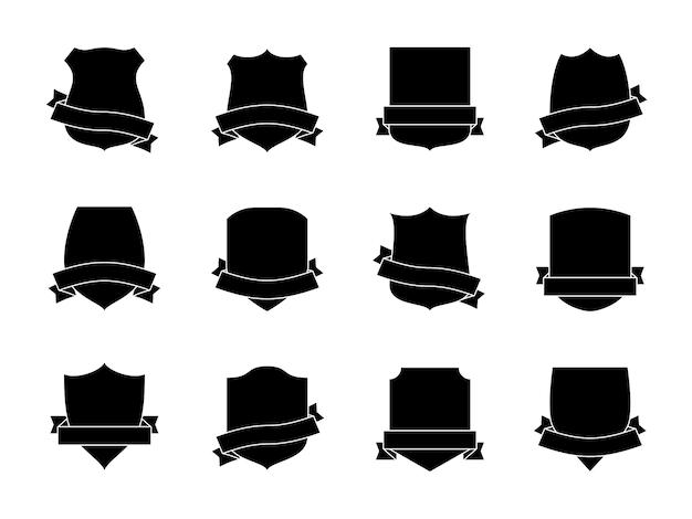 Czarne etykiety tarczowe ze wstążkami. heraldyczne odznaki herbowe królewskie. średniowieczne tarcze insygnia, proporczyki