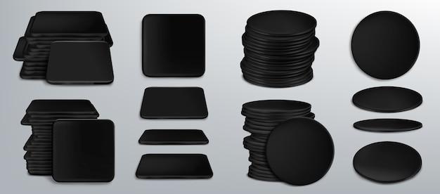 Czarne podkładki pod kufle lub kufle do piwa, puste tekturowe podkładki pod kubek o kwadratowych i okrągłych kształtach