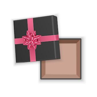 Czarne pudełko z różową kokardką, widok z góry, otwarte puste kwadratowe pudełko kartonowe, na białym tle