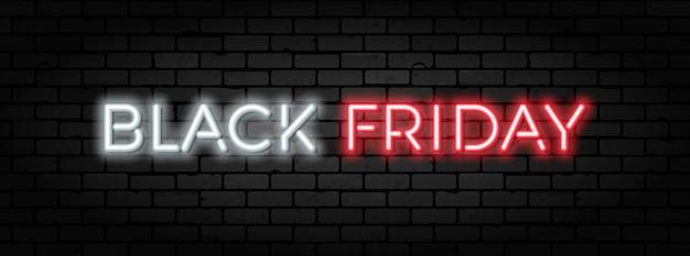 Czarny piątek sprzedaż neon banner. szyld do sprzedaży w blackfriday na tekstury muru. świecące białe i czerwone neonowe litery. realistyczna ilustracja