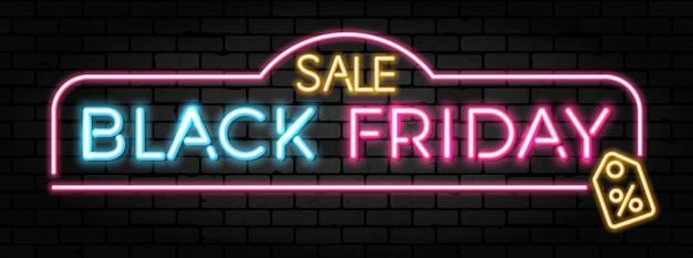 Czarny piątek sprzedaż neon banner z szyldem do sprzedaży w blackfriday na teksturze ceglanego muru