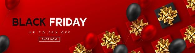 Czarny piątek sprzedaż transparent. czerwone i czarne realistyczne błyszczące balony, pudełko, tekst rabatowy. czerwone tło. ilustracja wektorowa.