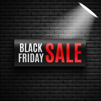 Czarny piątek sprzedaż transparent z reflektorem na ścianie z cegły. ilustracja.