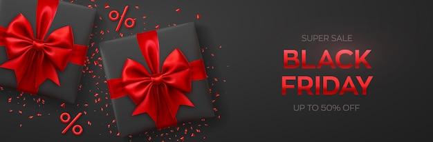 Czarny piątek super wyprzedaż. realistyczne pudełka na prezenty z czerwonymi kokardkami. ciemne tło z obecnymi polami i symbolami procentów. baner poziomy, plakat, strona nagłówka. ilustracja wektorowa.
