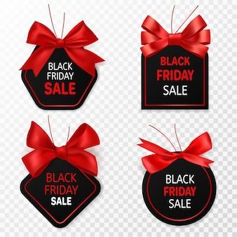 Czarny piątek wyprzedaż etykiety. czarny i czerwony papierowe metki rabatowe z kokardkami wstążki. elementy reklamowe na dużą sprzedaż, naklejki do oznakowania lub kupony wektorowe izolowane szablony na przezroczystym tle