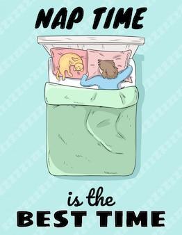 Czas drzemki to najlepszy czas, ładny dziewczyna śpi w łóżku z kotem na poduszce