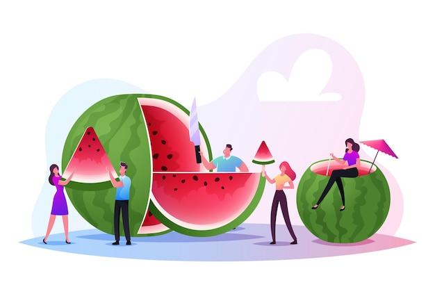 Czas letni, grupa ludzi, rodziny i przyjaciół zabawy, jedzenie owoców i lody owocowe. małe postacie relaksujące i cieszące się orzeźwiającym ogromnym dojrzałym arbuzem. ilustracja kreskówka wektor