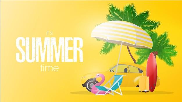 Czas letni żółty plakat. parasol, leżak plażowy, różowe kółko z flamingiem, żółta walizka podróżna, czerwona deska surfingowa, palmy i żółty samochód.