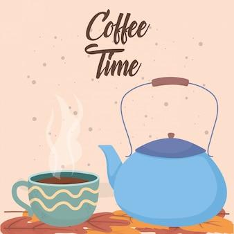 Czas na kawę, filiżanki i czajnik na liście świeżego napoju aromatycznego