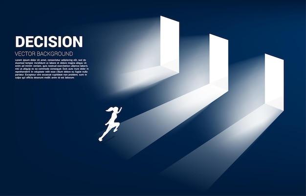 Czas na podjęcie decyzji w kierunku biznesowym. sylwetka bizneswoman biegnącej, aby wybrać drzwi do wejścia