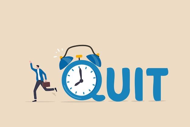 Czas odejść z pracy dziennej, zrezygnować z pracy w pełnym wymiarze godzin, odejść z firmy lub wolności i niezależności od koncepcji pracy biurowej, szczęśliwy biznesmen przedsiębiorca odchodzący od budzika z napisem quit